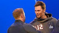 Hrající legenda amerického fotbalu Tom Brady (č. 12) z New England Patriots se zdraví s hlavním koučem LA Rams Seanem McVayem.