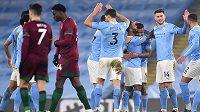 Fotbalisté Manchesteru City oslaví výhru v utkání Premier League.