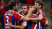 Záložník Bayernu Mnichov Mario Götze slaví se spoluhráči gól v síti Paderbornu v utkání 5. kola bundesligy.