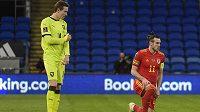 Český reprezentant Jakub Jankto před zápasem s Walesm stojí, zatímco Gareth Bale poklekl.