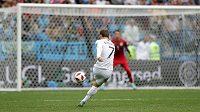 Francouz Antoine Griezmann (7) střílí a překonává brankáře Uruguaye Fernanda Musleru.