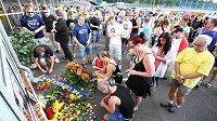 Fanoušci Teplic přišli na stadión uctít památku ředitele klubu Františka Hrdličky, který v sobotu zemřel ve věku 57 let.