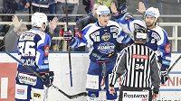 Hokejisté Komety Brno zleva Jakub Krejčík, střelec branky Martin Nečas a Hynek Zohorna slaví vstřelený gól v utkání s Plzní. Na stejného soupeře narazí i v semifinále play off.