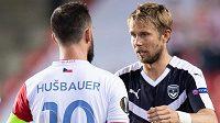 Josef Hušbauer ze Slavie a český záložník Bordeaux Jaroslav Plašil po utkání.