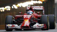 Fernando Alonso vyjíždí z tunelu na okruhu v Monaku.