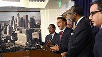 Radní Los Angeles Joe Buscaino (uprostřed) a další členové městské rady představili plán na uspořádání letní olympiády v roce 2024.