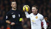 Rozzuřený Wayne Rooney reaguje na žlutou kartu, kterou obdržel od rozhodčího Marka Clattenburga v ligovém duelu proti West Hamu.