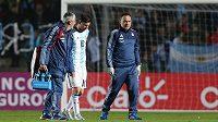 Argentinský útočník Lionel Messi odchází s pohmožděným bokem ze hřiště v zápase proti Hondurasu.
