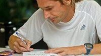 Daniel Orálek když nebeží, akorát podepisuje svoji knihu. Jak jinak, je o běhání.