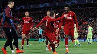 Liverpoolský Divock Origi (vpravo) se raduje, na snímku jsou i Xherdan Shaqiri a Trent Alexander-Arnold a další členové týmu.