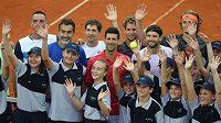 (Zleva) Viktor Troicki, Nenad Zimonjič, Dušan Lajovič, Novak Djokovič, Dominic Thiem, Grigor Dimitrov a Alexander Zverev pózují fotografům v Bělehradě během exhibičního turnaje.