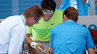 Švýcarský tenista Roger Federer si nechává ošetřit prst v utkání na Australian Open s italem Bolellim