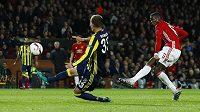 Fotbalista Manchesteru United Paul Pogba střílí třetí gól proti Fenerbahce v utkání Evropské ligy.