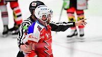 Rozhodčí posílají Andreje Kosticyna s trestem na pět minut a do konce utkání do kabiny.
