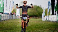 Martin Stošek z týmu Vitalo Future Cycling projíždí vítězně cílem při závodě Praha-Karlštejn ze seriálu Kolo pro život.