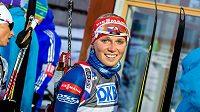 Spokojená Eva Puskarčíková v cíli stíhacího závodu žen ve švédském Östersundu.