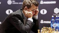 Norský šachový velmistr Magnus Carlsen během partie s Rusem Sergejem Karjakinem.
