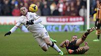 Nad pokračováním Rooneyho (vlevo) kariéry v Manchesteru United visí otazník.