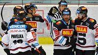 Hokejisté Sparty se radují z gólu v Karlových Varech.