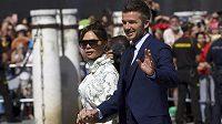 David Beckham a jeho manželka Victoria na svatbě Sergia Ramose.