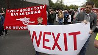 Fanoušci Arsenalu protestovali před zápasem s Manchesterem City proti manažerovi Arsénu Wengerovi. Přímo na stadiónu se pak i poprali.