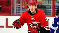 Martin Nečas v osmnácti letech naskočil do NHL. Zahraje si i proti Jágrovi?