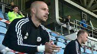 Hráči Českých Budějovic připraveni na střídání sedí na tribuně stadionu.