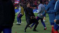 Obscénní gesto trenéra Atlétika vzbudilo spoustu nevole.