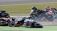 V závodech silničních motocyklů není o dramatické situace a pády nouze (ilustrační foto)
