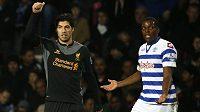 Luis Suárez z Liverpoolu (vlevo) slaví druhý gól do sítě QPR. Vpravo domácí obránce Nedum Onuoha.