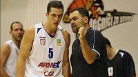 Kouč děčínských basketbalistů Pavel Budínský v diskusi s Tomášem Pomikálkem.
