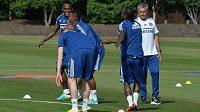 José Mourinho (vpravo) na tréninku fotbalistů Chelsea před novou sezónou.