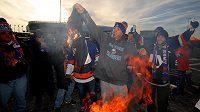 Návrat bývalého kapitána Islanders Johna Tavarese do New Yorku doprovázelo rituální pálení dresů s jeho jménem.