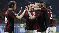 Jeremy Menez (druhý zprava) slaví svou trefu proti Alessandrii, AC Milán si s přehledem došel pro postup do finále Italského poháru.