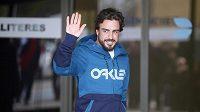 Fernando Alonso opouštěl nemocnici v Sant Cugat na severu Barcelony v dobré náladě.