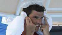 Frank Dancevic si chladí hlavu během utkání prvního kola Australian Open.
