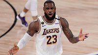 Hvězdu Los Angeles Lakers LeBrona Jamese (23) ve třetím finále zastínil Jimmy Butler z Miami.