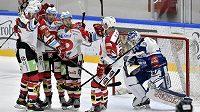 Hokejisté Pardubic oslavují jeden ze svých gólů proti Kometě.