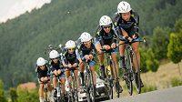Cyklisté vítězného nizozemského týmu na trati časovky.