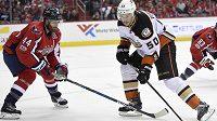 Hokejový útočník Antoine Vermette (50) z Anaheimu si teď nejspíš na nějaký čas od NHL odpočine. Seknul totiž rozhodčího a dostane trest. Pro začátek má zastavenou činnost na deset zápasů