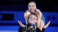 Alexandra Bojkovová a Dmitrij Kozlovskij s medailemi.