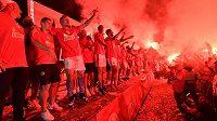 Fotbalisté Slavie slaví s fanoušky obhajobu titulu.