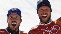 Norská radost. Stříbrný ze sjezdu Kjetil Jansrud (vlevo) a vítěz Aksel Lund Svindal.
