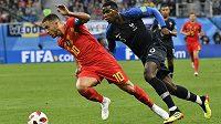 Tvůrce hry Belgie Edena Hazarda stíhá Paul Pogba.