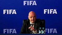 Předseda FIFA Gianni Infantino na konferenci v Bogotě.
