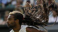 Dustin Brown z Německa při utkání se Španělem Rafaelem Nadalem ve druhé kole Wimbledonu.