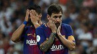 Zklamaní fotbalisté Barcelony Lionel Messi (vpravo) a Luis Suárez po porážce od Realu Madrid ve španělském Superpoháru.