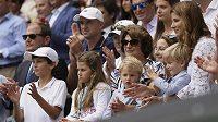 Manželka Rogera Federera Mirka i se čtyřmi dětmi po finále Wimbledonu.