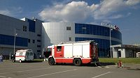 Záchranka a hasičský vůz u haly Traktoru Čeljabinsk.