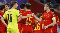 Český fotbalista Tomáš Souček gratuluje Garethu Baleovi po vítězství Walesu.
